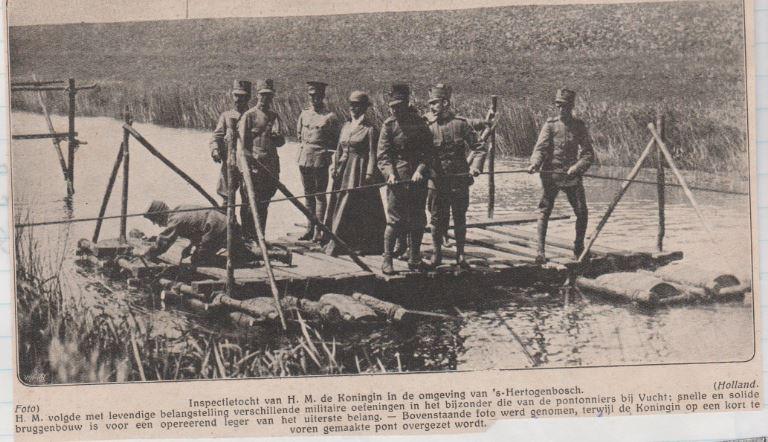 Koningin Wilhelmina op een tijdelijk gebouwde brug
